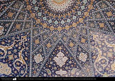 Architecture islamique - une vue sur les carelages utilisées dans le plafond du sanctuaire de l'Imam Fatima Ma'soumeh dans la ville sainte de Qom,  Iran