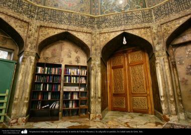 Arquitectura Islámica- Sala antigua cerca de la tumba de Fátima Masuma y la caligrafía en paredes, la ciudad santa de Qom