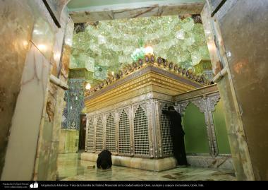 معماری اسلامی - نمایی از آرامگاه حضرت معصومه و سقف آینه کاری و دیوار کاشی کاری شده حرم آن حضرت در شهر مقدس قم