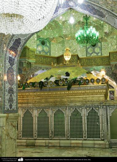 イスラム建築(コム聖地でのハズラト・マースメの聖廟の鏡やタイルで装飾されている天井・壁)22