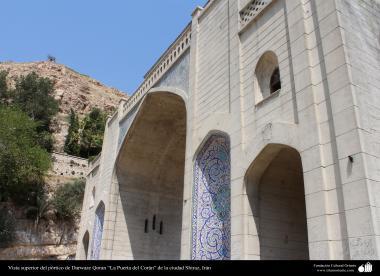 イスラム建築(シラーズ市におけるコーラン門のタイリングと書道)-1