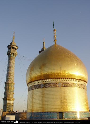 L'architecture islamique. Vue d'ensemble du dôme doré du sanctuaire de Fatima Masuma dans la ville sainte de Qom (2)