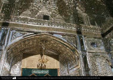 معماری اسلامی - نمای داخلی گنبد أینه کاری شده ایوان و درب ورودیه ضریح حرم حضرت معصومه (س) در شهر مقدس قم - 3