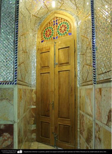 معماری اسلامی - نمایی از ورودیه و دیوار آینه کاری شده حرم حضرت معصومه (س) در شهر مقدس قم