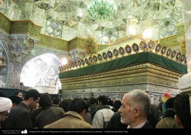 Arquitetura Islâmica - Peregrinos diante o Santuário de Fátima Masuma, na cidade Sagrada de Qom, importante centro religioso e de peregrinação para muçulmanos de todo o mundo