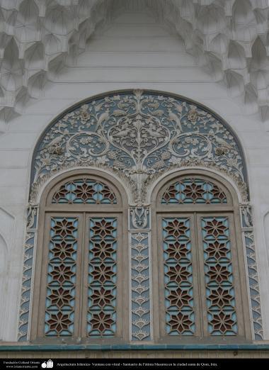 اسلامی معماری - شہر قم میں حضرت معصومہ (س) کے روضہ میں رنگی شیشہ سے کھڑکی کی سجاوٹ