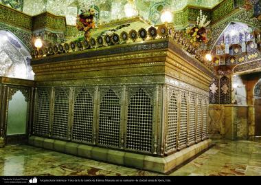 Architecture islamique - une vue  du sanctuaire de l'Imam Fatima Ma'soumeh et les miroirs au plafond -Qom-11.