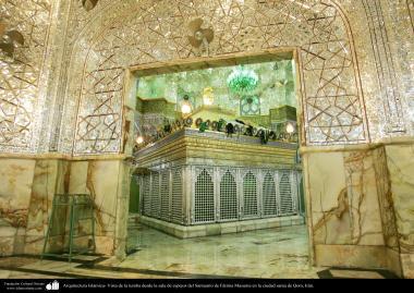 معماری اسلامی - نمایی از ضریح حضرت معصومه (س) و دیوار و سقف آینه کاری شده حرم آن حضرت در شهر مقدس قم - 12