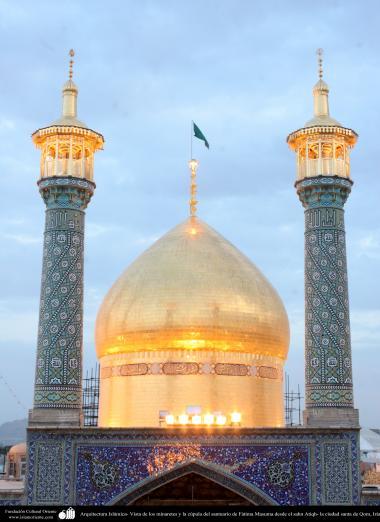 Arquitectura Islámica- Vista de los minaretes y la cúpula del santuario de Fátima Masuma desde el sahn Atiqh- la ciudad santa de Qom - azulejos y cerámica - cúpula orada