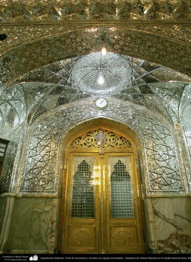 Architettura islamica-Vista di porta d'ingresso e soffitto e parete incrostata con pezzi di specchio del santuario di fatima Masuma-Città santa di Qom
