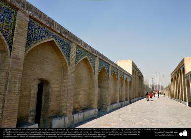 "Исламская архитектура - Мост ""Хаджу"" , построенного над рекой Заянде во время Шаха Сефеви , по приказу Шаха Аббаса II - Исфахан , Иран - 25"