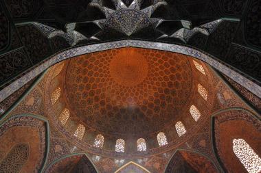 """اسلامی فن تعمیر - شہر اصفہان میں """"شیخ لطف اللہ"""" نام کی تاریخی مسجد کی گنبد کے نیچے کاشی کاری (ٹائل کا فن) ، ایران - ۱۴"""