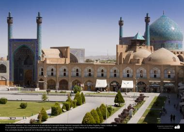 Arquitectura islámica- Una vista general de la entrada de la mezquita Imam Jomeini (mezquita Sha) en la plaza Naghshe Yahan -Isfahán