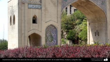 """Arquitectura islámica- Vista lateral de Darwaze Qoran """"La Puerta del Corán"""" de la ciudad Shiraz, Azulejos y caligrafía- Irán"""