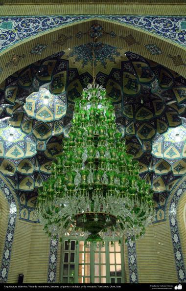 イスラム建築(コム聖地におけるジャムキャランモスクの天井に垂れているシャンデリアとタイル張り)