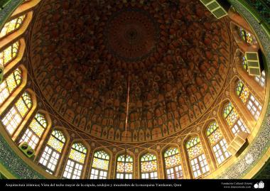 Arquitectura islámica; Vista del techo mayor de la cúpula, azulejos y mocárabes de la mezquina Yamkaran, Qom