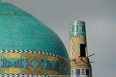 """اسلامی معماری - شہر مشہد میں """"۷۲ شہید"""" نام کی جامع مسجد کی گنبد اور مینارہ پر فن کاشی کاری (ٹائل)، ایران - ۲۳"""