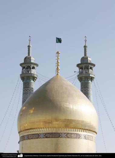 Arquitetura Islâmica - Vista da cúpula dourada e dos minaretes do Santuário  de Fátima Masuma, Qom, Irã
