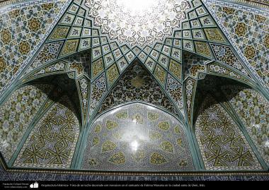 イスラム建築(コム聖地でのハズラト・マースメの聖廟の天井のタイル張り)-87