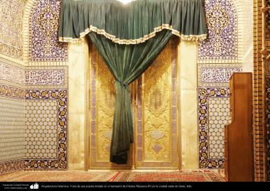 Arquitectura Islámica- Vista de una puerta dorada en el santuario de Fátima Masuma (P) en la ciudad santa de Qom - 74