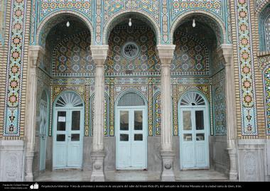 Arquitectura Islámica- Vista de columnas y mosaicos de una parte del sahn del Imam Rida (P), del santuario de Fátima Masuma - 81
