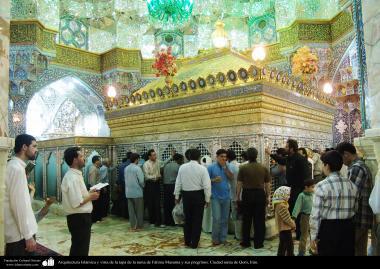 اسلامی معماری - شہر قم میں حضرت معصومہ (س) کی ضریح مبارک اور زائرین کا مجمع - ۷۵