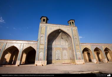 Arquitectura islámica, Azulejos y mosaicos islámicos (Kashi Kari) en una mezquita histórica en Irán - 106
