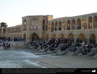 "Исламская архитектура - Мост ""Хаджу"" , построенного над рекой Заянде во время Шаха Сефеви , по приказу Шаха Аббаса II - Исфахан , Иран - 47"