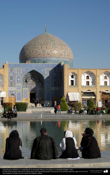 Arquitetura Islâmica - A mesquita sheij Lotf Allah (o Lotfollah), pessoas descansando em frente esta bela mesquita, Isfahan, Irã