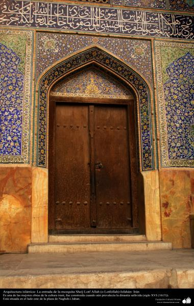 Architecture islamique, une vue du portail en bois et de motif de carrelage historique de la mosquée Cheikh Lotfollah à Eshpahan en Iran - 2
