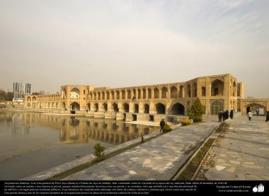 """معماری اسلامی - شہر اصفہان میں """"خواجو"""" نام کا تاریخی پل جو حکومت صفوی کے """"دوسرے شاہ عباس"""" کے زمانے میں بنا - ۲۰"""