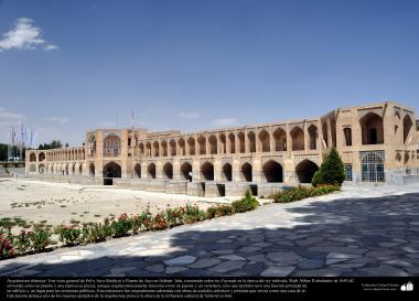 """المعمارية الإسلامية - منظر من الجسر """"سی و سه پل"""" (ثلاثة وثلاثون الجسور) على نهر """"زاینده رود"""" في أصفهان، الذي بني عام 1650 م ، ایران - 10"""