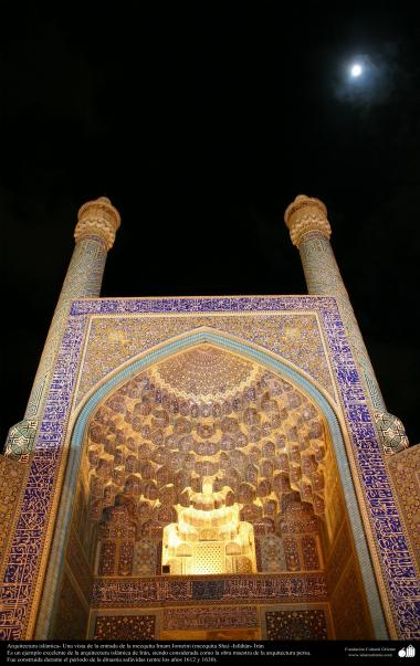 Architecture islamique, une de l'entrée de la mosquée Imam Khomeini (Masjid Shah) dans la ville d'Isphahan, Iran - 5
