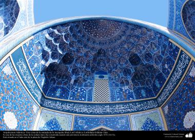 Islamic Arquitechture - A glance at the entrance of Sheij Lotfollah's Mosque -Isfahan - 100