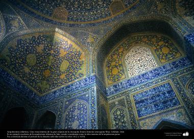 معماری اسلامی - نمایی از کاشی کاری تاریخی مسجد امام خمینی (مسجد شاه) اصفهان، ایران -101