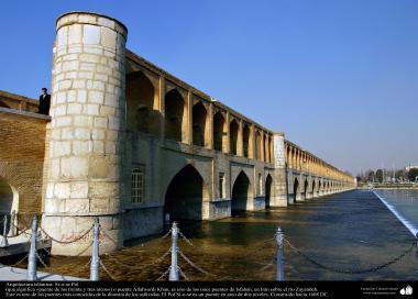 """Исламская архитектура - Вид моста """"Си-о-се-поль"""" (тридцать три моста) , построенного над рекой Заянде в 1650 г.н.э - Исфахан , Иран - 5"""