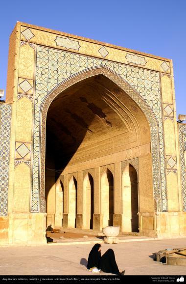 Arquitectura islámica, Azulejos y mosaicos islámicos (Kashi Kari) en una mezquita histórica en Irán - 108