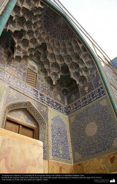 """اسلامی فن تعمیر - شہر اصفہان میں """"شیخ لطف اللہ"""" نام کی تاریخی مسجد کے گیٹ پر کاشی کاری (ٹائل کا فن) ، ایران - ۱۰"""