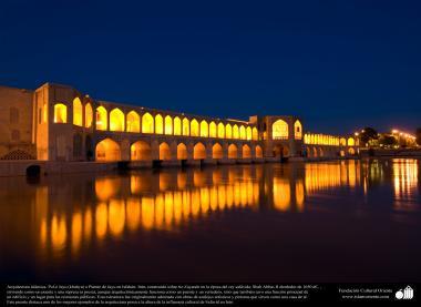 Architecture islamique, une vue du pont (Les trente-trois ponts) au dessus de la rivière Zayandeh dans la ville D'Isphahan, construite de puis 1650 - 20