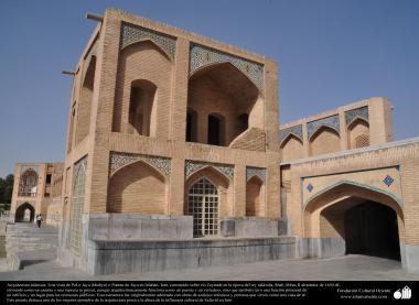 """معماری اسلامی - شہر اصفہان میں پرانا """"خواجو"""" نام کے پل کا ایک حصہ حکومت صفوی کے دور کا - ۳۷"""