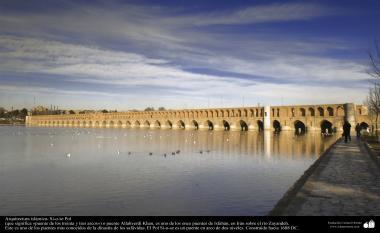 Arquitetura Islâmica - Uma vista da Si-o-se pol (Ponte dos trinta e três arcos) na famosa e histórica cidade de Isfahan, Irã