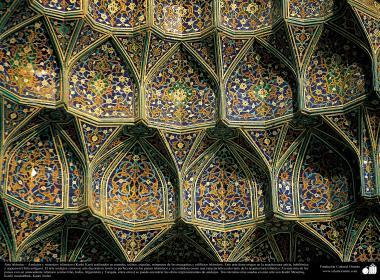 معماری اسلامی - نمایی از سقف کاشی کاری شده حرم حضرت معصومه  - 98