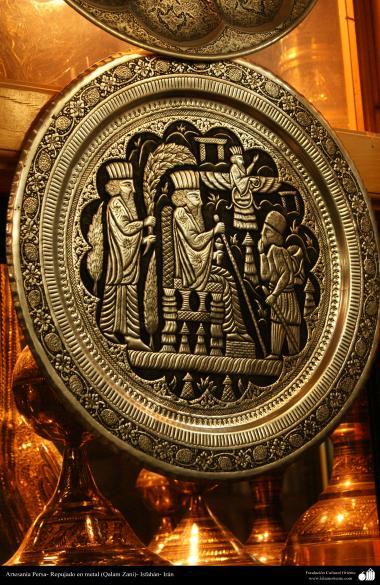 اسلامی ہنر - دھات پر حکاکی اور فنکاری کے ذریعے ہاتھ سے سجایا ہوا پلیٹ اس پر ابھرے نقوش بادشاہوں کی (فن قلم زنی) - ۳۳
