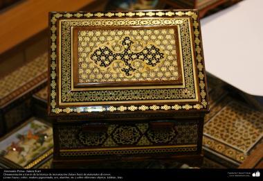 اسلامی ہنر - فن خاتم کاری سے ہاتھ سے سجایا ہوا باکس (ایک قسم کا مرصع جڑنا) ، ایران - ۸۱