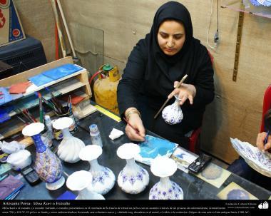 اسلامی ہنر - فنکار خاتون گلدان اور برتن پر فن مینا کاری سے سجاوٹ میں مصروف ، ایران - ۳۵