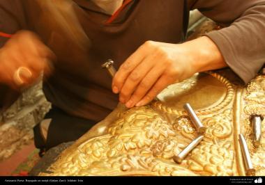 Artesanato Persa - Artesão trabalhando com metal em relevo (Qalam Zani)