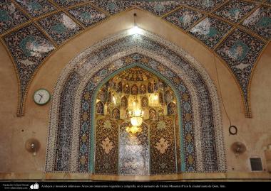 イスラム建築(コム聖地でのハズラト・マースメの聖廟の幾何学的なデザインをモチーフにしたタイル、書道やシャンデリア)