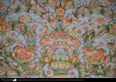Bajo relieve con motivos florales en el santuario de Fátima Masuma en la ciudad santa de Qom