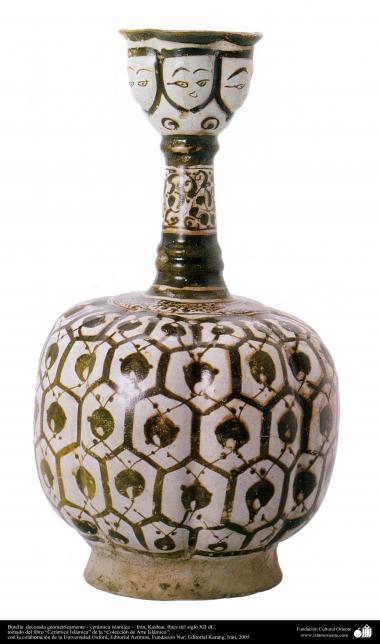 Botella  decorada geométricamente – cerámica islámica –  Irán, Kashan, fines del siglo XII dC.