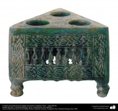 Table en céramique avec des motifs végétaux; Syrie - XIII siècle après JC. (54)